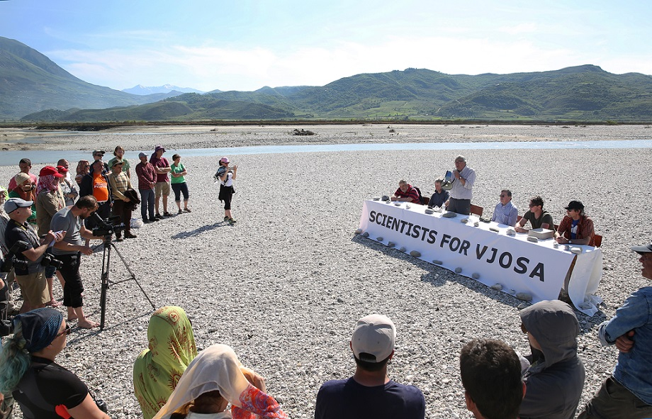 Unusual press conference to honor an extraordinary river. All participants were taken to the island in a rubber dinghy. © jens-steingaesser.de