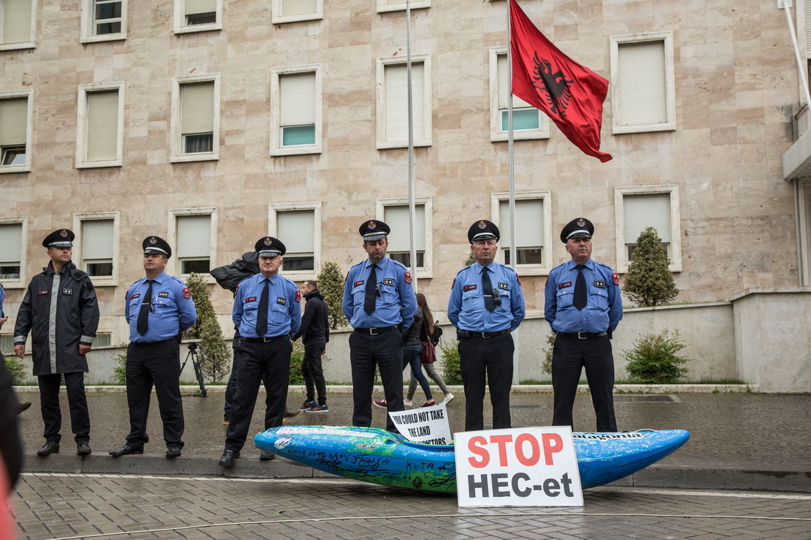 Police was blocking the entrance of the Prime Minister's office. Rozman placed the kayak in front of the police cordon. © Andrew Burr