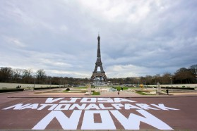 Die visuelle Aktion von Vjosa wurde in vier Hauptstädten in Europa durchgeführt. Hier vor dem Eiffelturm in Paris/Frankreich