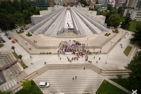 Tag 35: 20. Mai 2016: Protestveranstaltung in Tirana, Albanien als Abschluss der Balkan Rivers Tour. Mehrere hundert Personen kamen im Zentrum der Stadt zusammen und forderten den Stopp der Kraftwerksplanungen an der Vjosa und stattdessen die Errichtung des Vjosa Nationalparks.