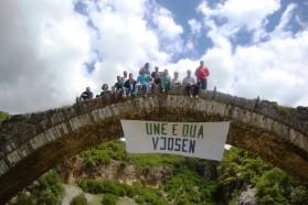 """Unterstützung aus Përmet, Albanien. Auf dem Banner steht """"Ich liebe die Vjosa""""."""