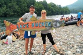 Blaues Herz Team (Ulrich Eichelmann und Cornelia Wieser von Riverwatch) protestiert auf der Drina Regatta im Namen des Huchen gegen geplante Staudämme.