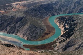 Die Zrmanja bahnt sich ihren Weg durch Karstgebiet. Manchmal ist es schwer nachzuvollziehen woher das Wasser in dieser kargen Umgebung kommt.