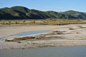 Ausgesprochen dynamischer, durch ausgedehnte Mäander gekennzeichneter Abschnitt der Vjosa im mittleren Flusslauf – diese Lebensräume würden durch den Kalivaç-Staudamm verloren gehen.