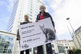 Protest vor Weltbankzentrale in Wien. Vertreter von Riverwatch (Cornelia Wieser und Ulrich Eichelmann) überreichen 77.930 Unterschriften gegen geplante Finanzierung von Staudämmen im Mavrovo Nationalpark in Mazedonien.