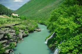 Oberlauf der Vjosa, flussaufwärts von Këlcyra.