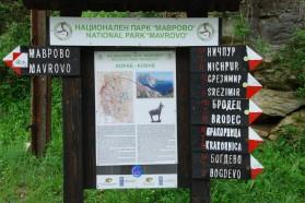 Informationstafel im Mavrovo Nationalpark, die Information über den Berg Korab und Wegbeschreibungen zu Dörfern enthält.