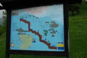 Informationstafel über die Gegend von Tresonče inklusive Lage des geplanten Boskov Most Wasserkraftprojekts.