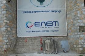 """Banner des mazedonischen Energiekonzerns ELEM am Wasserkraftwerk am Mavrovo See. Es suggeriert, mit dem Kraftwerk würde """"grüne Energie"""" erzeugt."""