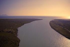 Das Flussdelta an der Adria, nördlich der Narta Lagune, nahe dem Dorf Dëllinja.