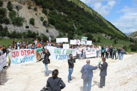 Der Protest wurde vom Bürgermeister des Dorfs Bence eröffnet.