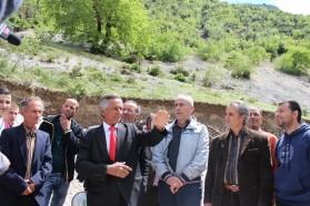 Der berühmte Albanische Künstler Golik Jaupi singt mit seiner Gruppe und anderen Dorfbewohnern über die Schönheit der Bence.