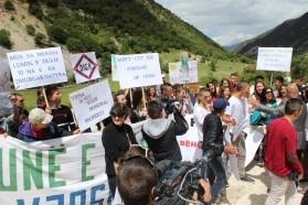Die Teilnehmer rufen: Keine Staudämme - Vjosa Nationalpark!