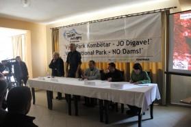 """Vertreter der Kampagne """"Rettet das Blaue Herz Europas"""" informierten die anwesenden Einheimischen über die Vjosa, ihre Bedrohung und unsere Vision eines Vjoas Nationalparks."""