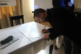 """Beim Unterschreiben der """"Save Our Vjosa"""" Deklaration."""