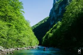 Tag 11: Kajakerfahrer aus Slowenien, Bosnien, Montenegro und Argentinien paddeln die Neretva zwischen Glavatičevo and Konjic