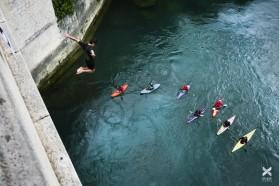 Tag 12 – Moster, Bosnien: Die Kajakfahrer wurden mit zwei Sprüngen von der 23m-hohe Tari Most (Alte Brücke) beehrt