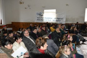 """Ca. 75 Personen nahmen an der Diskussion in Çarshovë teil. """"Wir sind dankbar über solche Informationen und die Möglichkeit, das Thema zu diskutieren. Wir wollen keine Staudämme, sondern einen Vjosa Nationalpark. So schützen wir sowohl unseren Fluss als auch unsere wirtschaftliche Zukunft"""", so Veli Mehmeti, Bürgermeister von Çarshovë."""